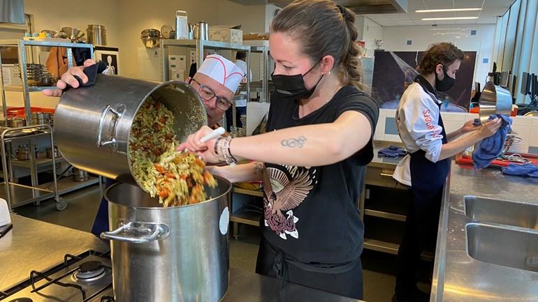 Van pasta pesto tot zuurkool: dit is hoe jongeren ouderen helpen met kokkerellen in coronatijd
